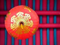 Linterna roja china que cuelga en el tejado, visión inferior fotos de archivo libres de regalías