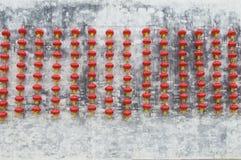 Linterna roja colgada en la pared blanca Foto de archivo