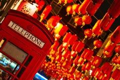Linterna roja de la cabina de Téléphone en el Año Nuevo chino de Chinatown Londres Imagenes de archivo