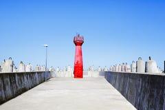 Linterna roja de la navegación de la señal en Kolobrzeg, Polonia Foto de archivo
