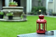 Linterna roja en jardín Fotos de archivo