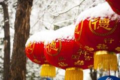 Linterna roja en nieve Foto de archivo libre de regalías