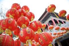 Linterna roja en templo chino Imagenes de archivo