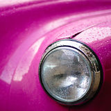 Linterna rosada del taxi debajo de la lluvia imágenes de archivo libres de regalías