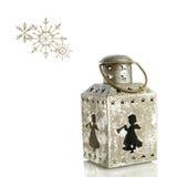 Linterna vieja con ángeles, ornamentos de la Navidad de las estrellas en el fondo blanco Copos de nieve Foto de archivo