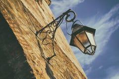 Linterna vieja de la calle en una pared de piedra Imagen de archivo