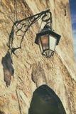 Linterna vieja de la calle en una piedra wal Imágenes de archivo libres de regalías