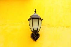 Linterna vieja de la lámpara en la pared de piedra Foto de archivo libre de regalías