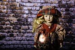Linterna vieja de la moda y muñeca femenina Fotos de archivo libres de regalías