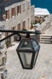 Linterna vieja del hierro en la calle fotografía de archivo