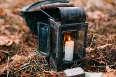 Linterna vieja del vintage con la vela ardiente Foto de archivo libre de regalías