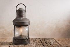 Linterna vieja en la madera Fotos de archivo libres de regalías