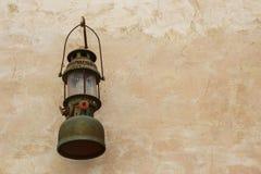 Linterna vieja en la pared. Imagen de archivo
