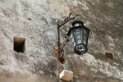 Linterna vieja en la pared del salvado del castillo Imágenes de archivo libres de regalías