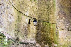 linterna vieja en la pared interna de Chateau de Sedan fotos de archivo libres de regalías