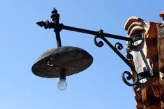 Linterna vieja en Nessebar viejo en azul Fotos de archivo