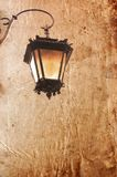 Linterna vieja en un fondo del estilo de la vendimia Imagenes de archivo