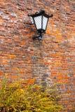 Linterna vieja en una pared de ladrillo imagen de archivo libre de regalías