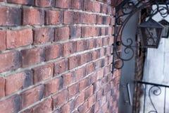 Linterna vieja en una pared de ladrillo Imagenes de archivo