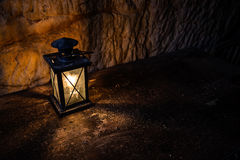 Linterna vieja en una tabla de madera Imágenes de archivo libres de regalías