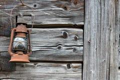 Linterna vieja oxidada en la pared de madera Imagen de archivo libre de regalías