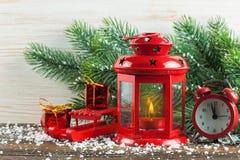 Linterna y árbol de navidad sobre nieve en fondo de madera Fotos de archivo libres de regalías