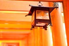 Linterna y puertas rojas del torii en Fushimi Inari Fotos de archivo