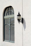 Linterna y ventana viejas de la lámpara Foto de archivo