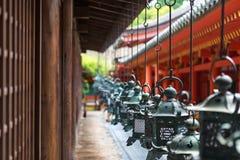 Linternas adornadas en la capilla magnífica de Kasuga Imagenes de archivo