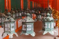 Linternas adornadas en la capilla magnífica de Kasuga Fotos de archivo libres de regalías