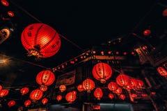 Linternas anaranjadas encendidas hermosas en la calle vieja de Jiufen, Taiwán fotografía de archivo