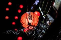 Linternas anaranjadas encendidas hermosas en la calle vieja de Jiufen, Taiwán foto de archivo