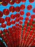 Linternas chinas de papel rojas debajo del cielo azul Imagenes de archivo