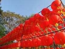 Linternas chinas de papel rojas debajo del cielo azul Imagen de archivo libre de regalías