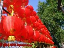 Linternas chinas de papel rojas debajo del cielo azul Fotos de archivo