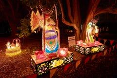 Linternas chinas gigantes, humano-formadas en parque foto de archivo libre de regalías