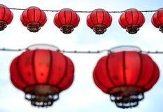 Linternas chinas que cuelgan, con un cielo blanco detrás de ellos Foto de archivo