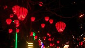 Linternas chinas rojas del Lit en cielo nocturno oscuro