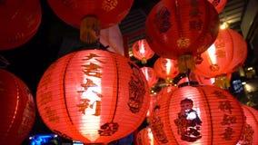 Linternas chinas rojas que brillan intensamente en la noche, cámara lenta