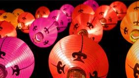 Linternas coloridas en la noche - decoraciones chinas del Año Nuevo Imagenes de archivo