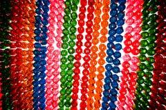 Linternas coloridas que cuelgan en un templo Foto de archivo