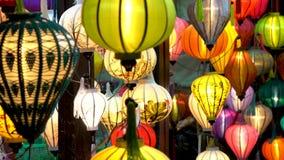 Linternas coloridas vietnamitas tradicionales en la noche en las calles de Hoi An, Vietnam