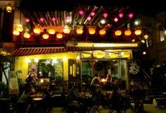 Linternas culorful asiáticas tradicionales en el restaurante de la noche Foto de archivo libre de regalías