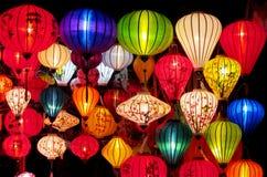 Linternas culorful asiáticas tradicionales en mercado chino Imagen de archivo