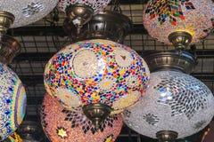 Linternas culorful del estilo árabe tradicional en el mercado magnífico del Bazar en Estambul Imagen de archivo libre de regalías