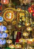 Linternas culorful del estilo árabe tradicional en el mercado magnífico del Bazar en Estambul Foto de archivo