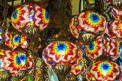 Linternas culorful del estilo árabe tradicional en el mercado magnífico del Bazar en Estambul Fotografía de archivo