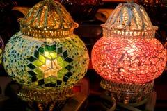 Linternas culorful del estilo árabe tradicional en el mercado magnífico del Bazar en Estambul Foto de archivo libre de regalías