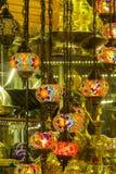 Linternas culorful del estilo árabe tradicional en el mercado magnífico del Bazar en Estambul Imágenes de archivo libres de regalías