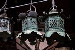 Linternas de bronce en la entrada de la capilla de Nigatsudo Hall Nigatsu-Do, parte del complejo de Todai-Ji en Nara, Japón fotografía de archivo libre de regalías
